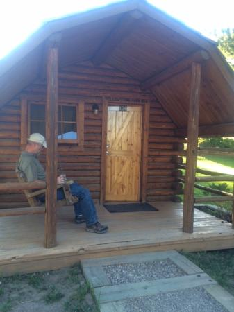 Yellowstone Koa Mountainside: Cute cabin, with a swing on the porch
