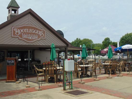 Bootleggers Waterfront Grille and Bar: Entrance to Patio