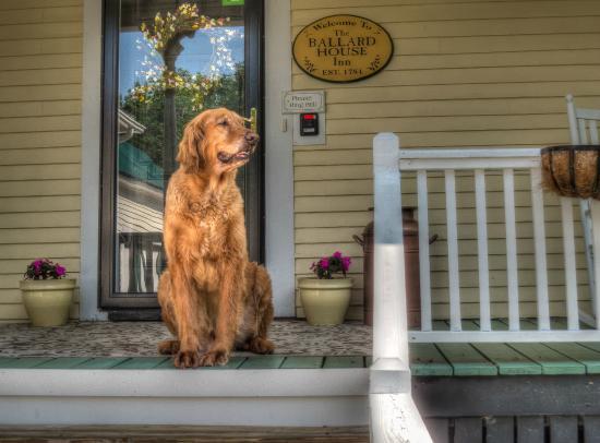 Ballard House Inn: Front porch view
