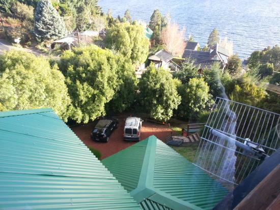 Apart Hotel Cabanas Balcon al Lago: Vista hacia el estacionamiento, cerrado y cómodo de acceder
