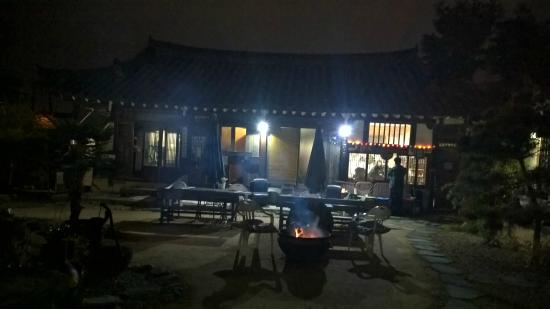Sa Rang Chae Guesthouse: Courtyard in the evening