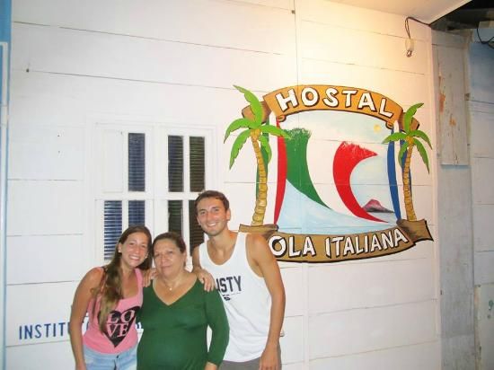 Hostal Ola Italiana: Junto con Hilma, la dueña del Hostal en la puerta del mismo