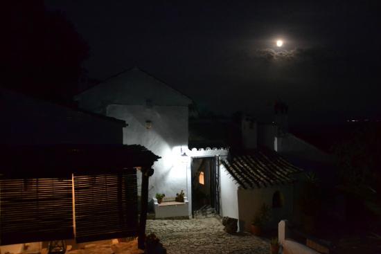 Casa Las Encinas: Entrance at night