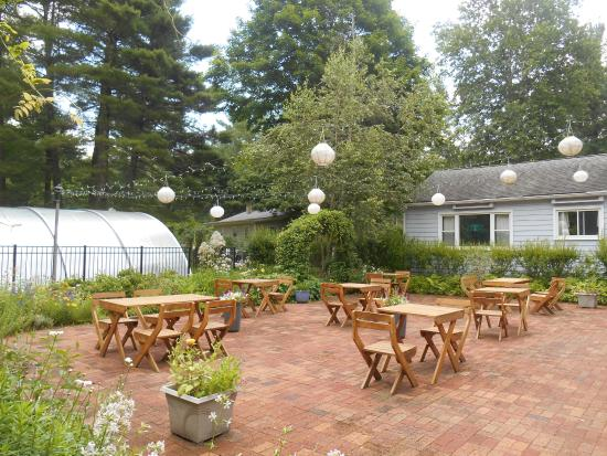 Catskill Rose Lodging & Dining: Out door dining, only it was raining! Even an enclosed pool!