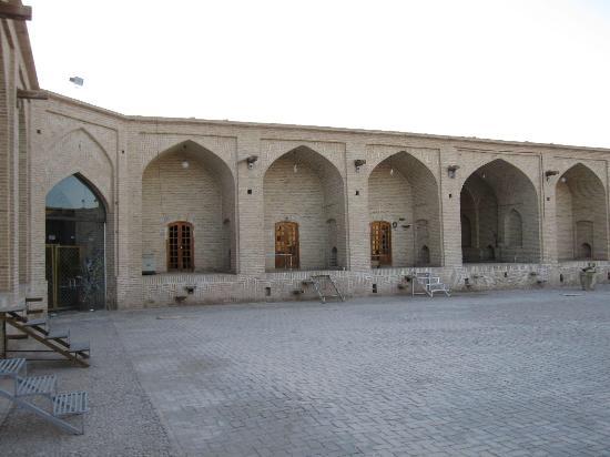Meybod, Irã: Interior shops of the caravanserai