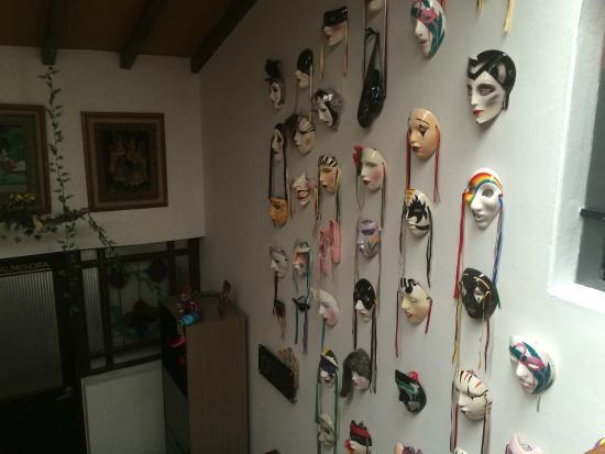Kolor Hotel Boutique : decoration of masks at entry