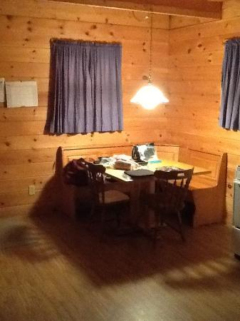 Snowfield Cabins: Kitchen eating area