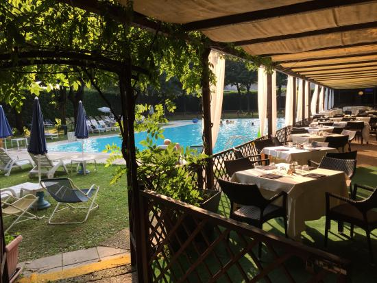 Hotel Sporting Brugherio : Outside restaurant and the pool