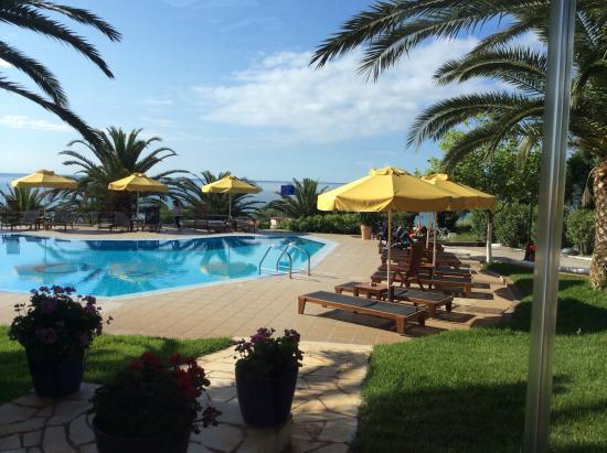 Oceanview Beach Hotel: Looking across pool to sea