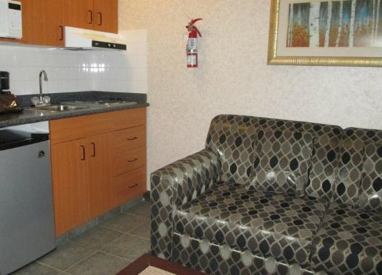 Poco Inn & Suites Hotel: Mini-kitchen/sitting room was more than expected!