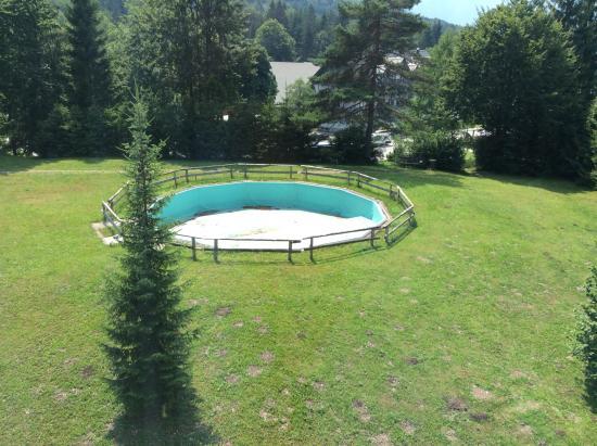 Hotel Bohinj: Pool and view of the lake.
