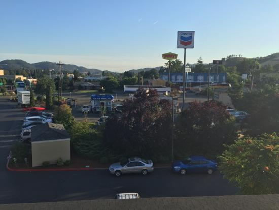 Holiday Inn Express Roseburg: Views out the back and in the front.