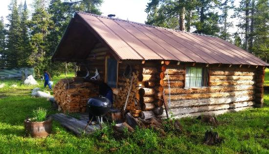 Crevice Mountain Lodge: One of our two cabins