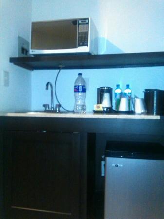 Wyndham Garden Leon Centro Max: Cocineta, sala de estar con mesa desayunador y baño