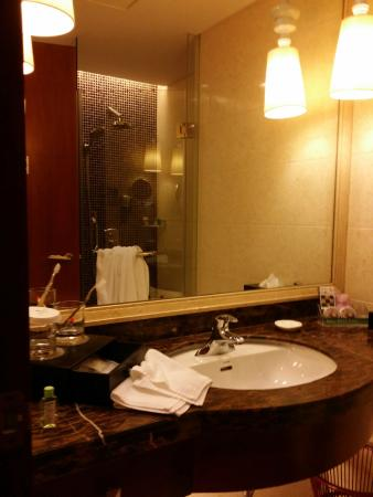 Yingxiang Jinjiang International Hotel: Clean and well stocked Bathroom