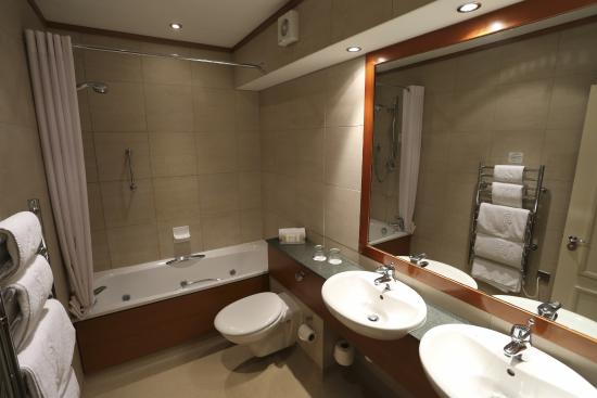 Harbour Heights Hotel: All Bathrooms Feature Jacuzzi Spa Baths