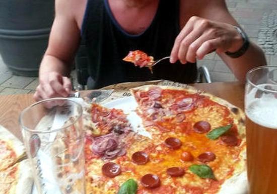 pizza gro und perfekt zubereitet italien l sst gr en picture of l 39 osteria rostock. Black Bedroom Furniture Sets. Home Design Ideas