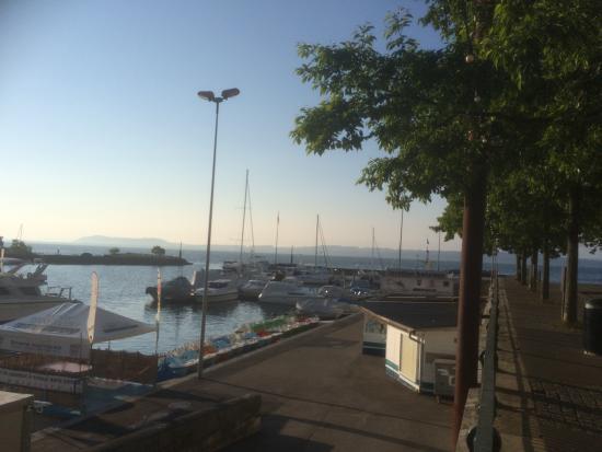 Hotel Touring au Lac: Aussicht vom Zimmer auf den Hafen von Neuchâtel