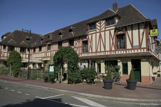 Hotel de la foret senonches frankrig hotel for La pomme de pin senonches