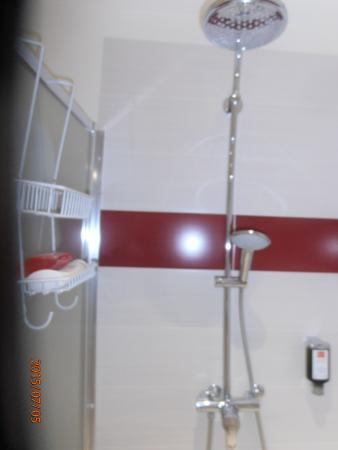 2 pommeaux de douche avec deux rangements soit un par personne eau chaude et savon liquide dans. Black Bedroom Furniture Sets. Home Design Ideas