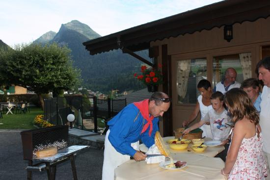 Hotel Hermine Blanche : Soirée raclette au feu de bois en été