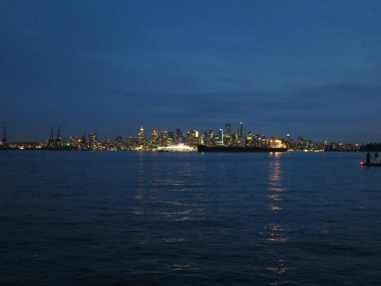 Pinnacle Hotel At The Pier: spectacular night view of Vancouver skyline