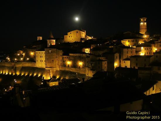 Hotel La Meridiana: Notturno di Anghiari dal terrazzo della nostra camera
