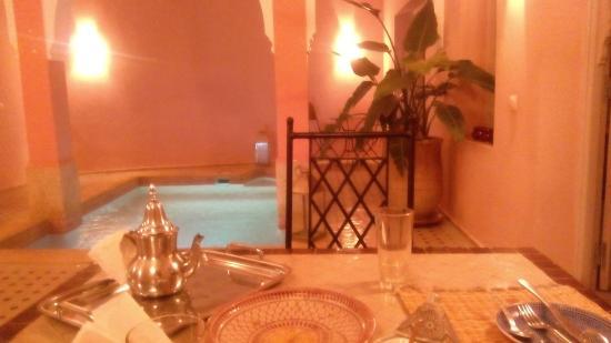 Riad Tahani: Zona de desayuno y Piscina