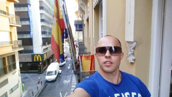 Explanada Hotel Alicante: Вид с болкона на улицу San Fernando