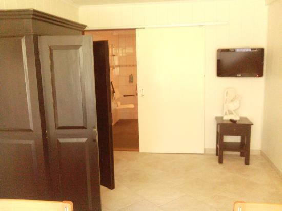 Schuifdeur Voor Badkamer : Kast in de slaapkamer met flatscreen en schuifdeur naar de