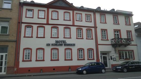 Am Schloss Biebrich: Aussenansicht