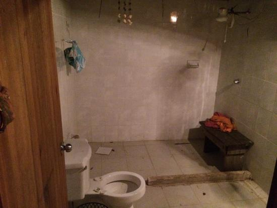 Gringo Dave's Last Resort: this is the bathroom. you'll get scolded for requesting it be cleaned. no wifi, no amenities, no