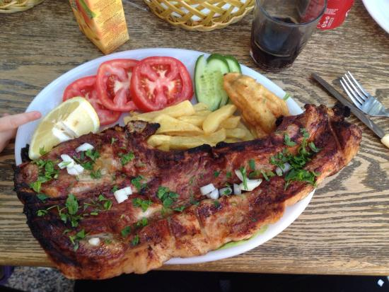 Polemi, Chipre: The famous pork chop! It was huge and cooked perfectly!