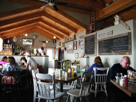 Lobster Barn Pub and Eatery: Lunch time buzz in the Barn