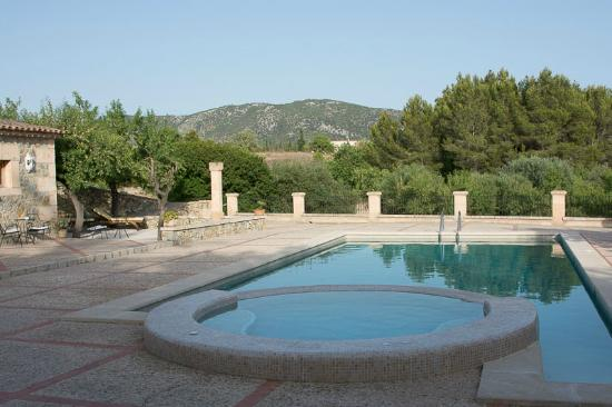 Can Estades: Pool with country views and spacious terraces.