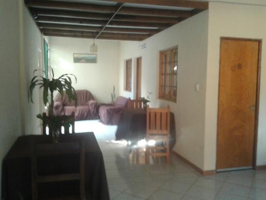 Yreta Hotel: pasillo cubierto a los cuartos, conecta directo al pasillo exterior.