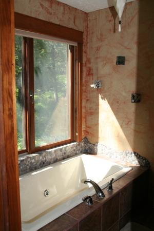 Whispering Waters: Tub overlooking the woods