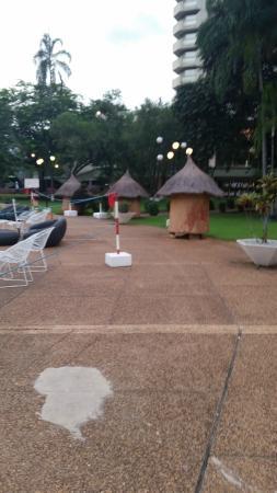 Hotel President: территория прилегающая к бассейну