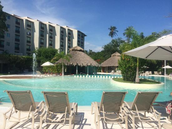 Gamma de Fiesta Inn Plaza Ixtapa : Zona de Alberca muchos camastros para descansar!!!