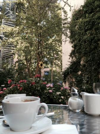 nu hotel berlin: breakfast in garden