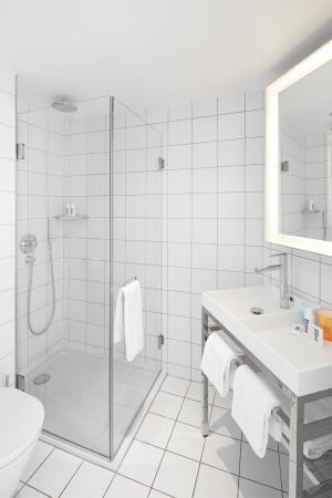 salle de bain picture of mama shelter marseille marseille tripadvisor. Black Bedroom Furniture Sets. Home Design Ideas