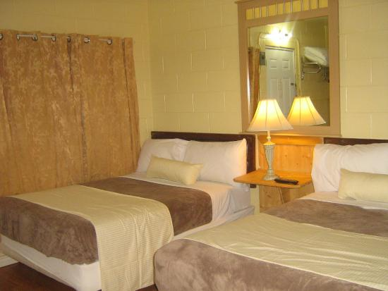 West Castle Motel: room