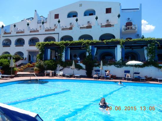 Arathena Rocks Hotel: The swimming pool and hotel