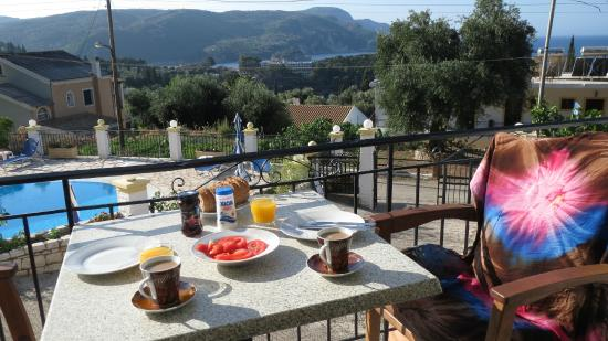 Fotini Apartments: Breakfast on the balcony