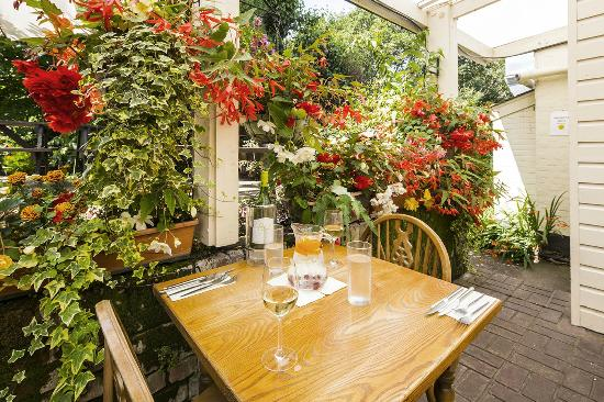The New Forest Inn: Conservatory in bloom