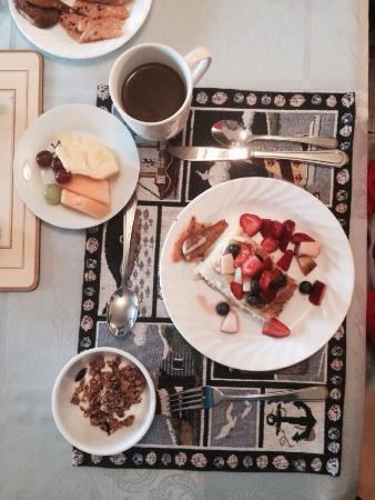 Peck Colonial House B&B : Strawberry rhubarb pie! Yummy!