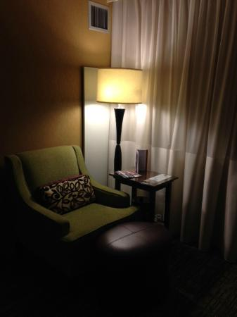 West Des Moines Marriott: Seating area in king room