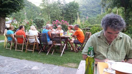 Gîte l'Escolan : Cena al aire libre en el jardin