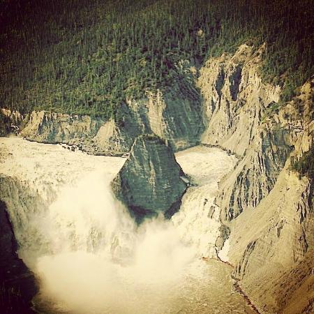 Fort Simpson, Canadá: Virginia Falls by Air- Nahanni National Park- One of the 3 stops on the day tour with Simpson Ai