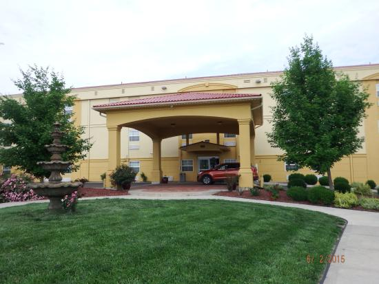 La Quinta Inn & Suites Blue Springs : Entrance to Lobby